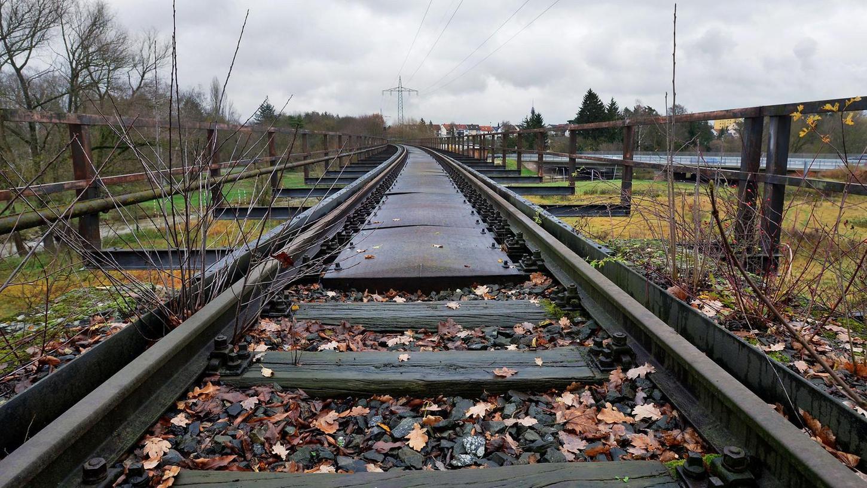 Auf der Trasse, auf der einst die Gleise für die Bibertbahn verliefen, soll es ab 2025 für Radler flott vorangehen.