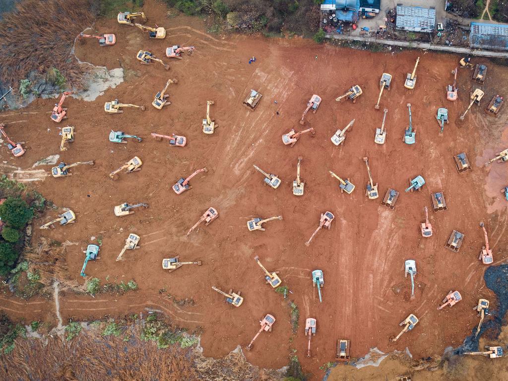 dpatopbilder - 24.01.2020, China, Wuhan: Zahlreiche Bagger arbeiten im Stadtbezirk Caidian auf einem Baugelände, auf dem ein Spezialkrankenhaus für mit dem Corona-Virus infizierte Patienten gebaut werden soll. Das Krankenhaus wird nach dem Vorbild des SARS-Behandlungsmodell in Peking errichtet, und soll am 3. Februar in Betrieb genommen werden. (Luftaufnahme) Foto: Xiao Yijiu/XinHua/dpa +++ dpa-Bildfunk +++
