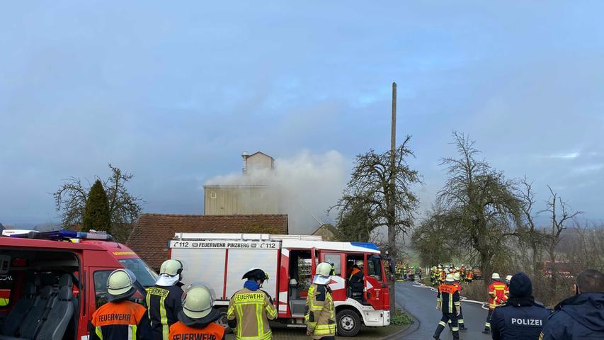 Ein Großaufgebot der Feuerwehr ist vor Ort.