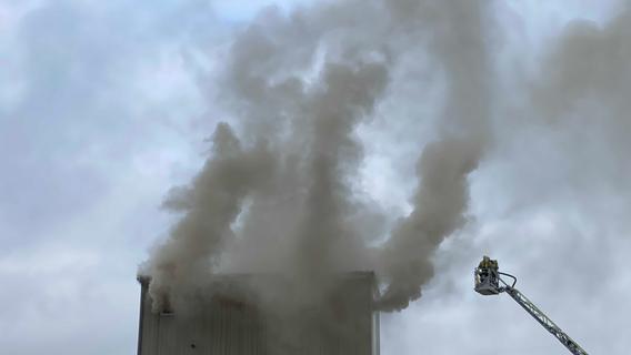 150 Feuerwehrkräfte kämpfen gegen Brand in Ölmühle in Elsenberg