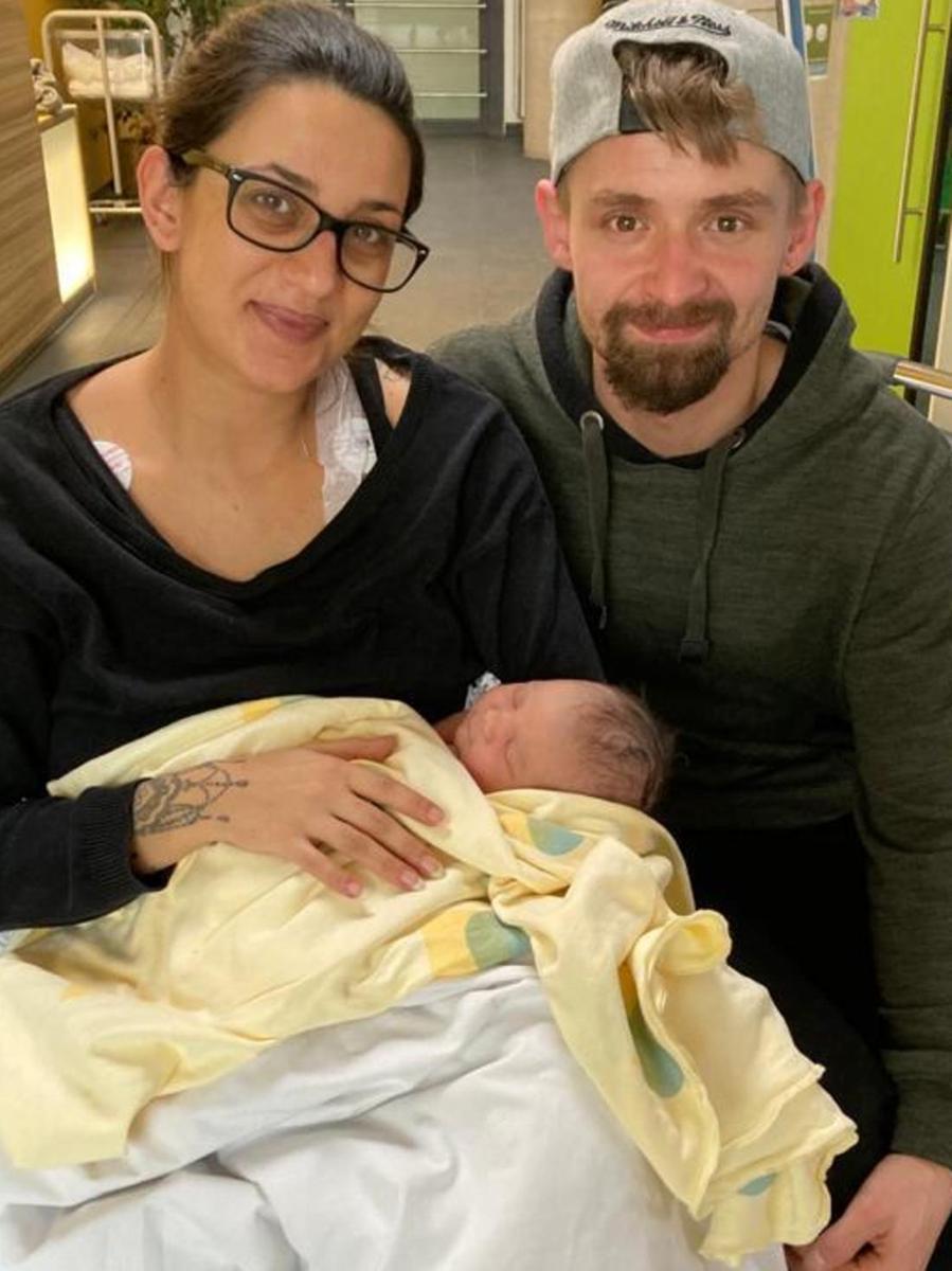 """Lias-Maxim Ritthaler heißt das erste Neugeborene, das 2021 im Klinikum Forchheim-Fränkische Schweiz auf die Welt kam: um 11.54 Uhr. 3575 g Körpergewicht bringt der neue Erdenbürger auf die Waage bei einer Größe von 54 cm. Mutter Petra Völlner: """"Von der ersten Wehe bis zur Geburt hat es 16 Stunden gedauert – das würde ich als anstrengend bezeichnen."""" An die schlaflosen Nächte hat sich die 29 Jahre junge Mutter mit ihrem Partner Fabian Ritthaler schon gewöhnt: Lias-Maxim hat einen vierjährigen Bruder. Der errechnete Geburtstermin war der 28. Dezember. Zu diesem Zeitpunkt wäre Lias-Maxim das letztgeborene Baby 2020 gewesen."""