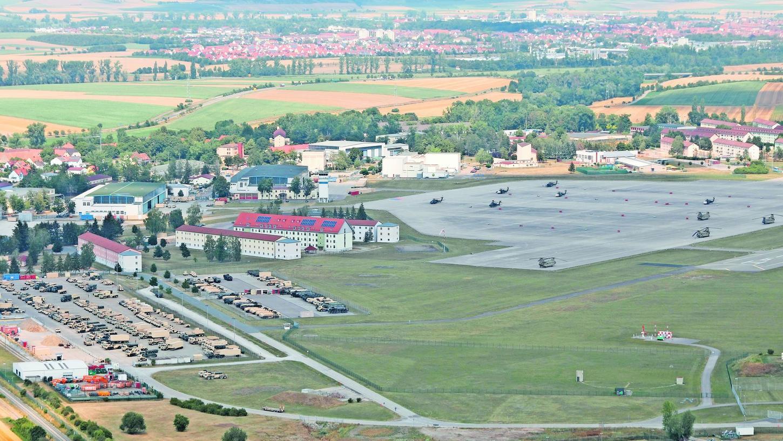 Die Illesheimer Kaserne der US Army mit Flugfeld inklusive Chinooks, Apache und Blackhawks sowie Parkplatz und den zahlreichen Gebäuden.
