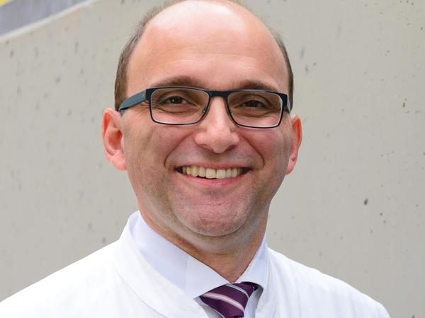 Der Medizinprofessor Christoph Alexiou (53) ist seit 2009 Leiter der Sektion für Experimentelle Onkologie und Nanomedizin (SEON) an der HNO-Klinik des Erlanger Universitätsklinikums. Im September 2019 sorgten sein Team und er mit der Präsentation des nach eigenen Angaben weltweit ersten Magnetroboters für Aufsehen.