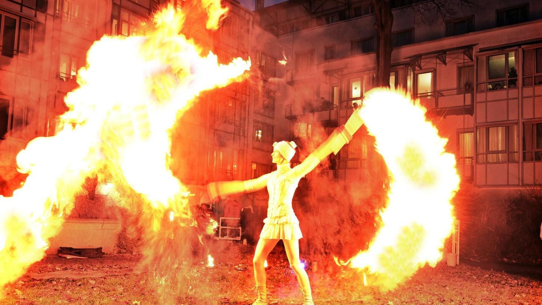 """Eine zauberhafte Feuershow hat die Feuerartistin Anne Devries vom Feuertanztheater """"Lux Aeterna"""" den Bewohnern des Malteser-Marienhospitals geboten."""
