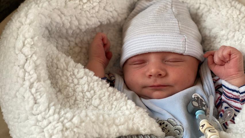 Dieser süße kleine Knirps ist Aurélio Lijano. Er hat am 27. August das Licht der Welt erblickt - und Mama und Papa zu stolzen Eltern gemacht.