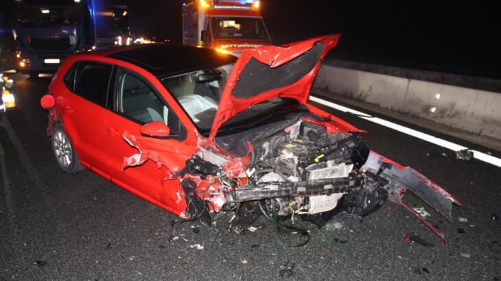 Nachdem ein Unbekannter diesen Unfall verursacht hatte, setzte er seine Fahrt einfach fort.