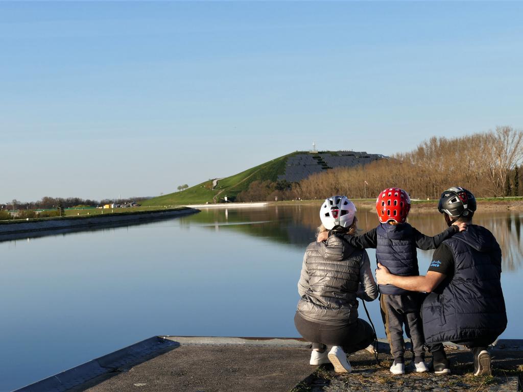 Familie schaut über den Main-Donau-Kanal Richtung Solarberg, Fürther Hafenbecken