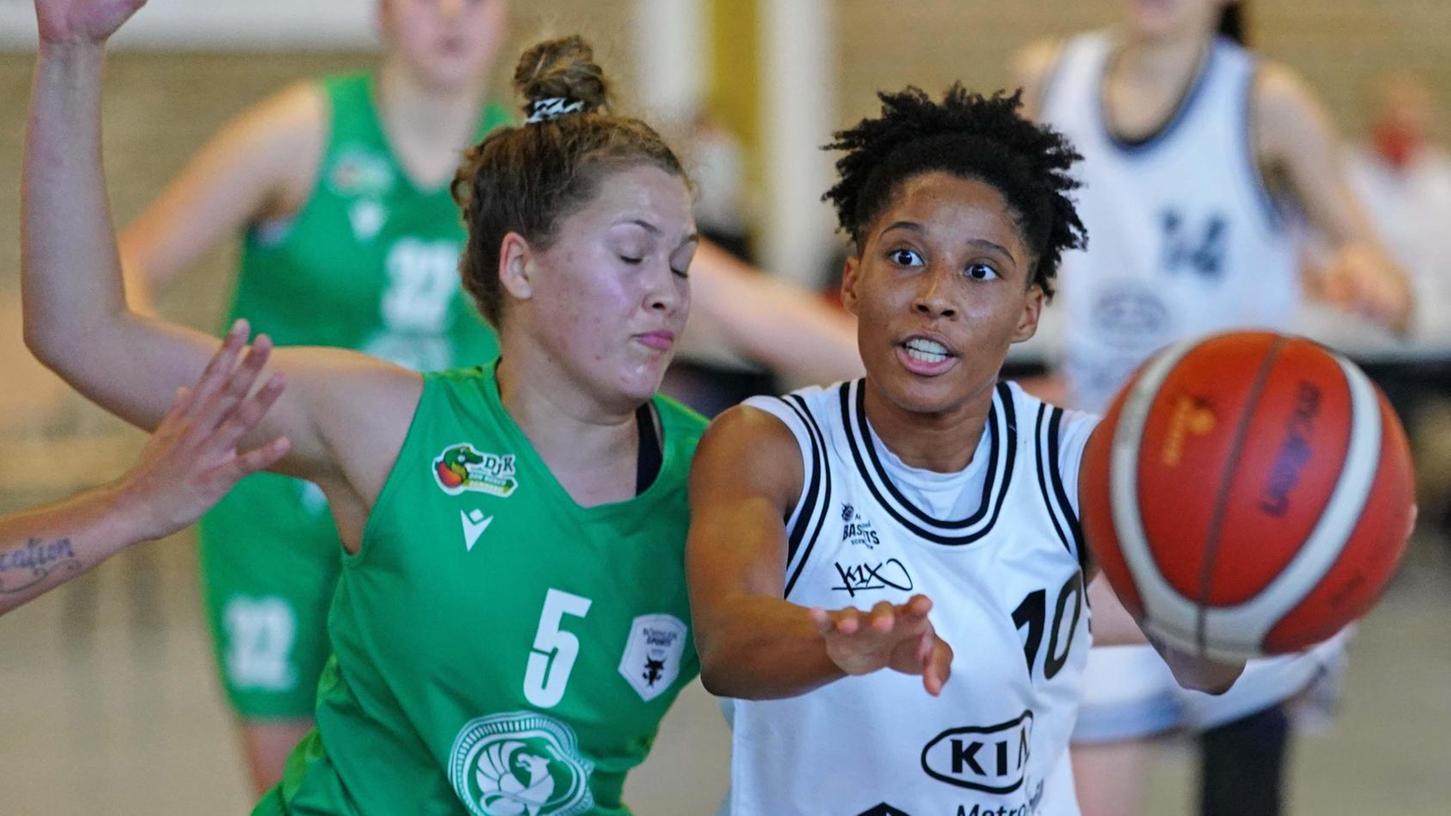 Der Wechsel von Deeshyra Thomas (re. im Einsatz gegen Don Bosco Bamberg) in die 1. Damen-Basketball-Bundesliga ist bereits über die Bühne gegangen. Der Point Guard der Kia Baskets spielt künftig im Team der Gisa Lions SV Halle.