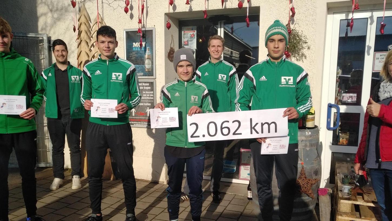 Preise für die eifrigsten Läufer: Die Siegerehrung fand beim Getränkemarkt Wenzel statt, der für den guten Zweck spendete.