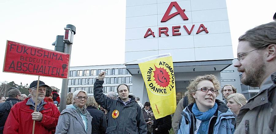 Über 150 Demonstrierende forderten am Montag in einer Mahnwache vor Areva NP in der Erlanger Paul-Gossen-Straße das Abschalten der deutschen Kernkraftwerke. Das Unternehmen selbst sieht in der Kernkraft weiter eine sichere Technologie.