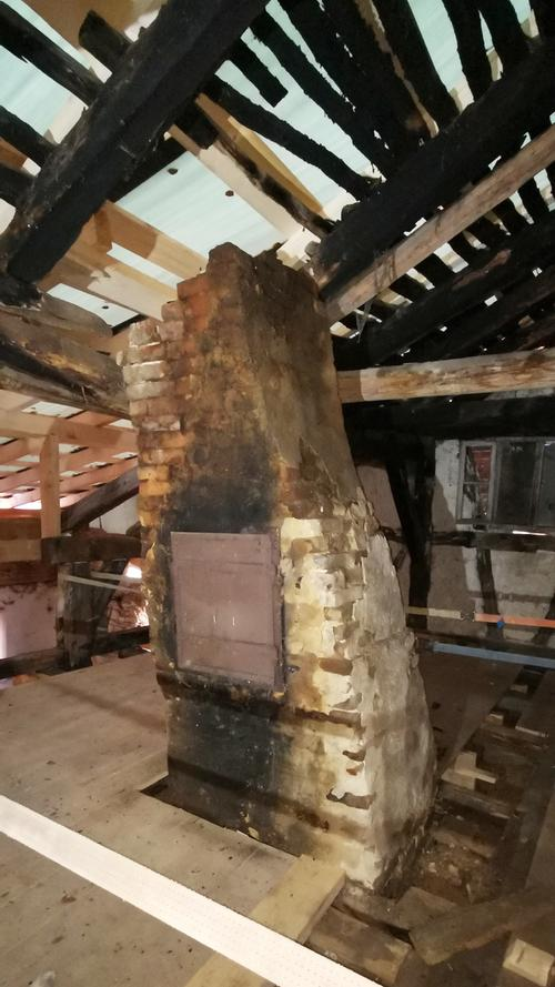 Der alte Kamin im Dachgeschoss. Sogar die geschwärzten Dachlatten stammen wohl noch aus der Bauzeit vor 458 Jahren.