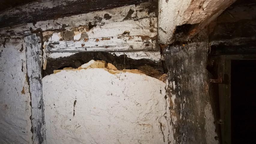 In einer Wand im Obergeschoss fand sich ein geschwungener hölzerner Türsturz aus der Bauzeit der