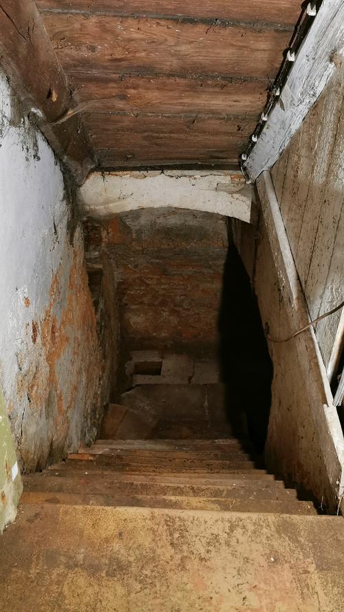 Die Treffe in den Keller, dessen Boden noch fast komplett aus gestampftem Lehm besteht.