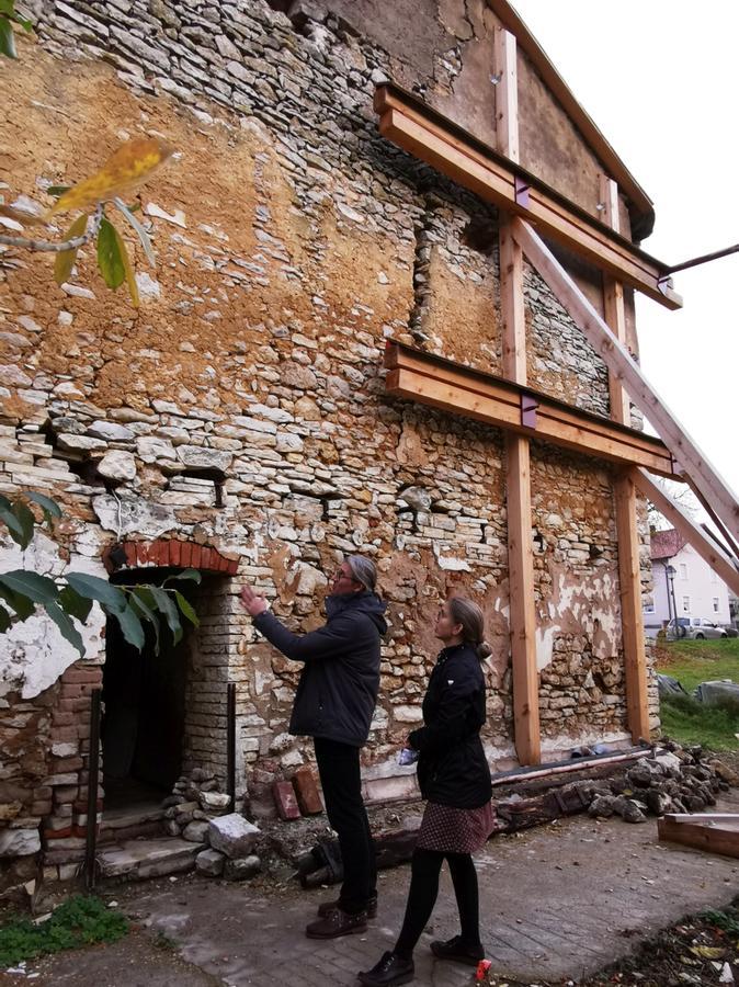 Die Bruchstein-Rückwand des Haupthauses wird nur noch von der Notsicherung zusammengehalten.