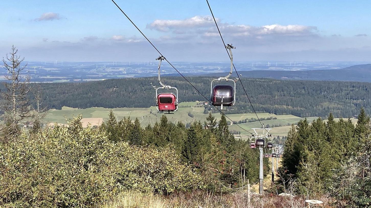 Deutsche Mittelgebirge wie das Fichtelgebirge werden künftig keine sicheren Regionen für Wintersport mehr sein und erlauben diesen nur noch in kurzen kälteren Perioden. Im Bild die Seilbahn am Ochsenkopf.