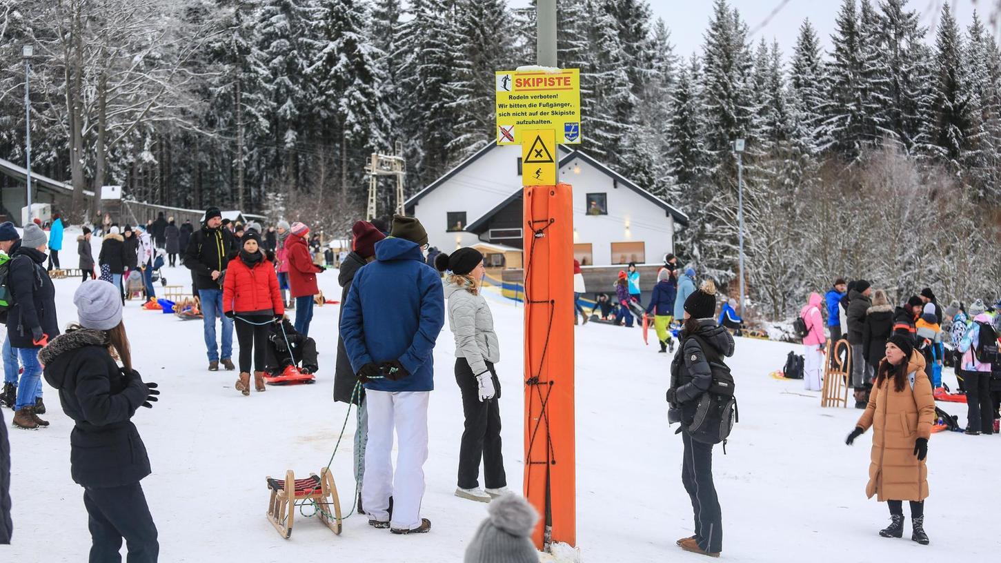 Keine offenen Skilifte, Restaurants oder Toiletten, und trotzdem ballte es sich in bayerischen Ausflugsgebieten. Damit sich solche Bilder in den nächsten Wochen nicht wiederholen, wird ab Montag die Bewegungsfreiheit eingeschränkt.