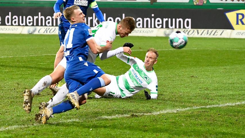 08.01.2021 --- Fussball --- Saison 2020 2021 --- 2. Fussball - Bundesliga --- 15. Spieltag: Karlsruher SC Karlsruhe KSC - SpVgg Greuther Fürth ( Kleeblatt ) --- Foto: Sportfoto Zink / WoZi --- DFL regulations prohibit any use of photographs as image sequences and/or quasi-video - only for editorial use --- Sebastian Ernst (15, SpVgg Greuther Fürth ) erzielt Treffer Tor Torschuß zum 1:2 gegen Marco Thiede (21, Karlsruher SC KSC ) -