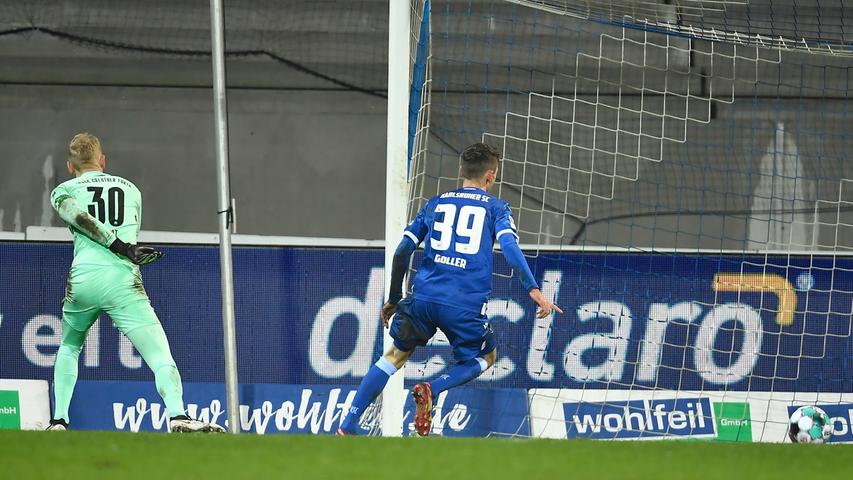 08.01.2021 --- Fussball --- Saison 2020 2021 --- 2. Fussball - Bundesliga --- 15. Spieltag: Karlsruher SC Karlsruhe KSC - SpVgg Greuther Fürth ( Kleeblatt ) --- Foto: Sportfoto Zink / WoZi --- DFL regulations prohibit any use of photographs as image sequences and/or quasi-video - only for editorial use --- Benjamin Goller (39, Karlsruher SC KSC ) erzielt nach Fehler von Sascha Burchert (30, SpVgg Greuther Fürth ) Treffer Tor Torschuß zum 2:2 -
