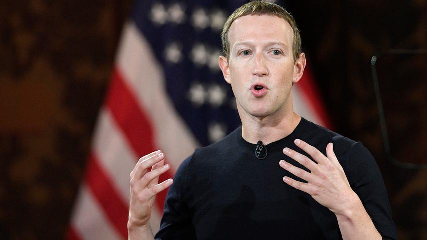 Als Student gründete Mark Zuckerberg gemeinsam mit Kommilitonen Facebook, das heute eines der größten sozialen Netzwerke ist - neben Instagram und Whatsapp, die ebenfalls zum Facebook-Konzern gehören. Mit einem geschätzten Vermögen von 92,1 Milliarden US-Dollar (Stand: 16.01.2021) schafft er es gerade noch in die Top Five der reichsten Menschen.
