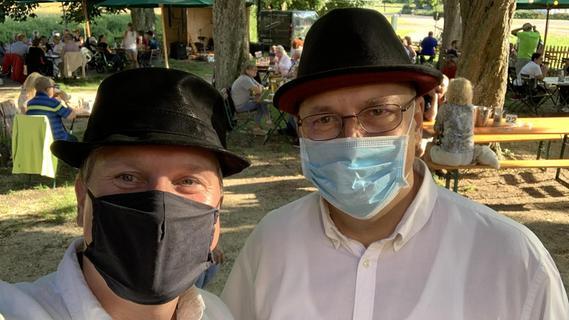 """Musik mit Maske: Bereits im vergangenen Sommer konnte Holger Maurer (links) immerhin noch im Freien bei den """"Biergartenkonzerten"""" an der Stadthalle auftreten."""
