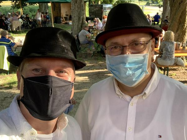 """Musik mit Maske: Im vergangenen Sommer konnte Holger Maurer (links) immerhin noch im Freien bei den """"Biergartenkonzerten"""" an der Stadthalle auftreten."""