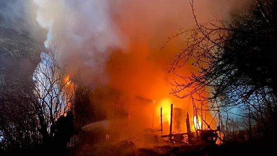 Hütte geht in Flammen auf: Mann stirbt bei Fürth
