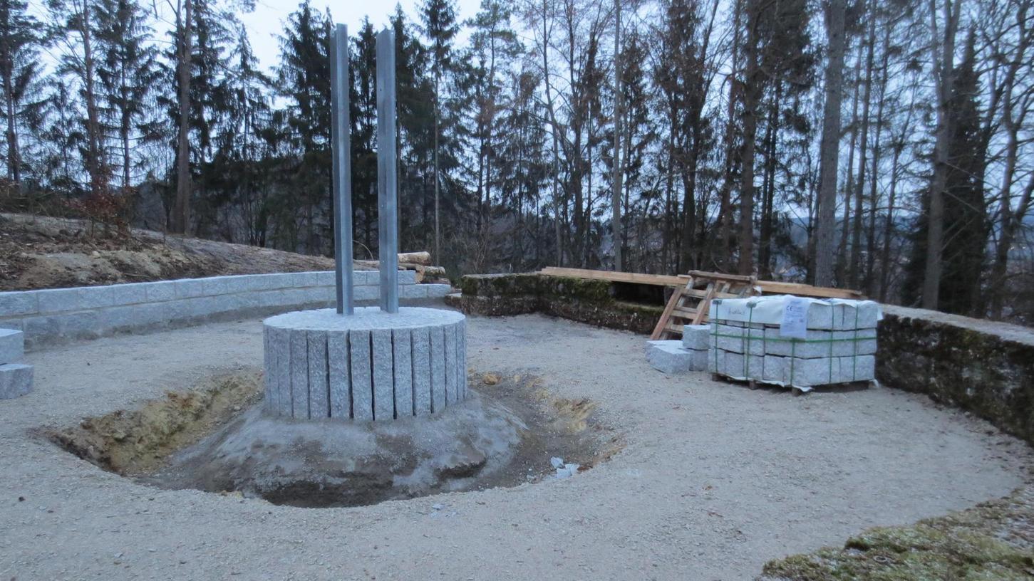 Im Moment ruhen die Arbeiten wegen Schnee und Frost. Geschaffen wurde vor dem Wintereinbruch ein neues Fundament aus Granitsteinen mit einem neuen Träger für das neue Kreuz. Dahinter entstand eine zweireihige Mauer — ebenfalls aus Granitsteinen. Als Nächstes soll am Kreuzsockel ein Frostschutz folgen.
