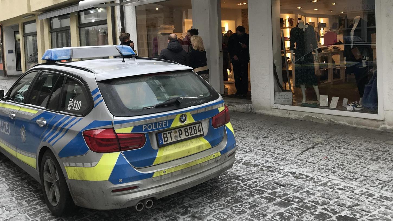 """Die Polizei verschaffte sich vor Ort in der Forchheimer Apothekenstraße ein Bild der Lage. Nach einer Debatte mit den Ladeninhabern wurde """"Christines Damenmode"""" wieder geschlossen."""