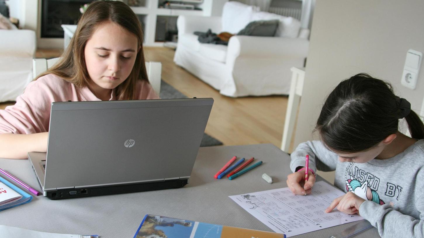 Lernen am Wohnzimmertisch: In Zeiten von Pandemie und Distanzunterricht ist das inzwischen ein vertrautes Bild.