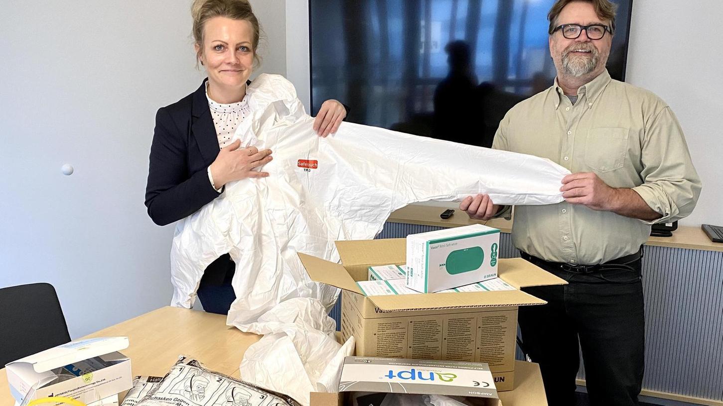"""Simone Lades und Thomas Gögl präsentieren einen Querschnitt der Produkte, mit denen """"eine Delle im Vertrieb"""" ausgeglichen wird."""