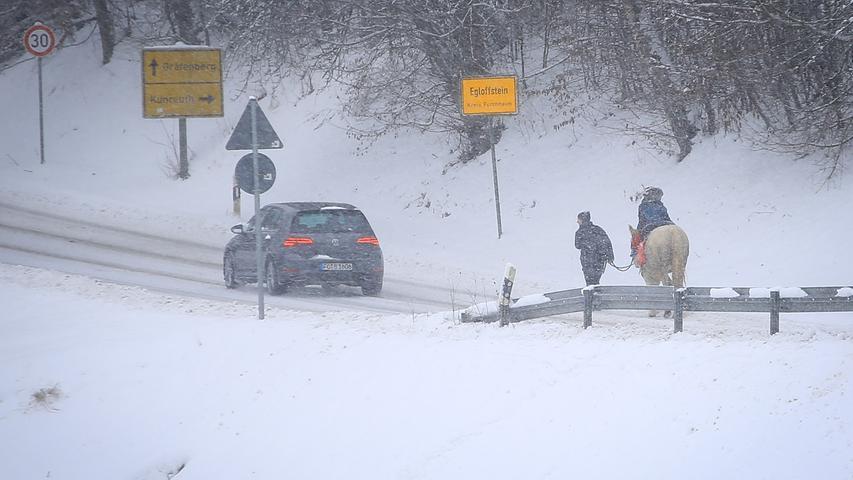Statt motorisiertem Fahrzeuge wurde in Egloffstein schon mal das Pferd ausgeführt.Schneebilder aus Egloffstein, ..12.01.21....Foto: Annika Falk-Claußen