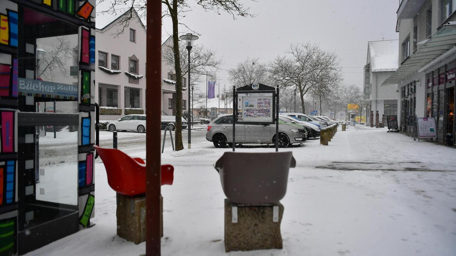 """Das Centrum in Postbauer-Heng: Hier soll künftig der """"ruhende Verkehr"""", also die parkenden Fahrzeuge, vom Zweckverband Oberpfalz überwacht werden."""