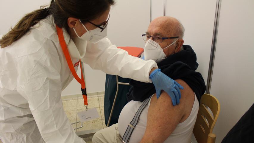 Sobald der Impfwillige dann eine der beiden Kabinen betreten darf, geht es auch gleich los. Wichtig ist, den Arm entspannt nach unten hängen zu lassen, klärt hier Krankenschwester Petra Mühlöder auf.
