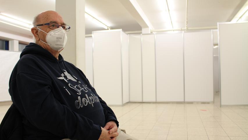 Hier sitzt Rudolf Geng nach dem Impfen in der sogenannten Ruhezone. Das Klinikum möchte sicher gehen, dass es danach allen gut geht, weshalb jeder eine Viertelstunde dort verweilen muss.