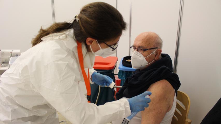 Natürlich wird wie vor jeder Impfung die Stelle vorher gründlich desinfiziert.