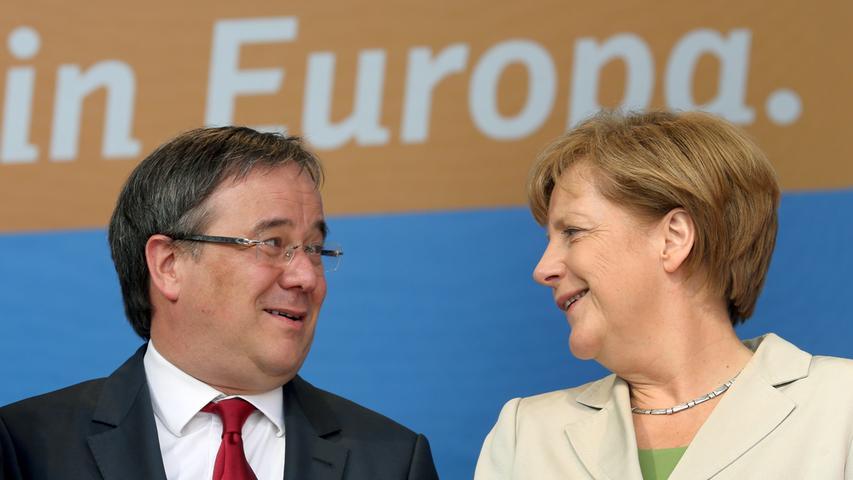 Konservative halten es für einen Nachteil, Parteistrategenfür einen Vorteil: Armin Laschet ist ein Mann der Mitte und des Ausgleichs – und damit Angela Merkel nicht unähnlich. In der Integrations-, Familien- und Energiepolitik vertritt er vergleichsweise liberale Positionen – jedenfalls für einen CDU-Mann. 2020 geht er aus der Deckung und bewirbt sich um den CDU-Vorsitz, seine Kontrahenten heißen Friedrich Merz und Norbert Röttgen.
