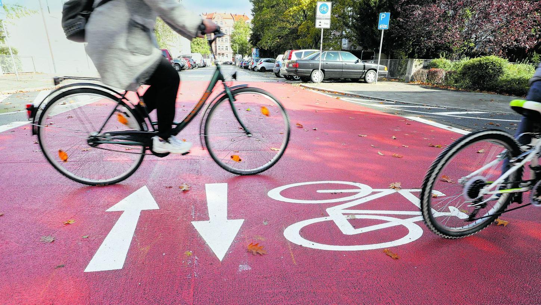 Rote Markierungen wie diese (unser Bild zeigt die Fahrradstraße im Nürnberger Rennweg) machen deutlich, dass die Radler auch an Kreuzungen Vorrang haben.