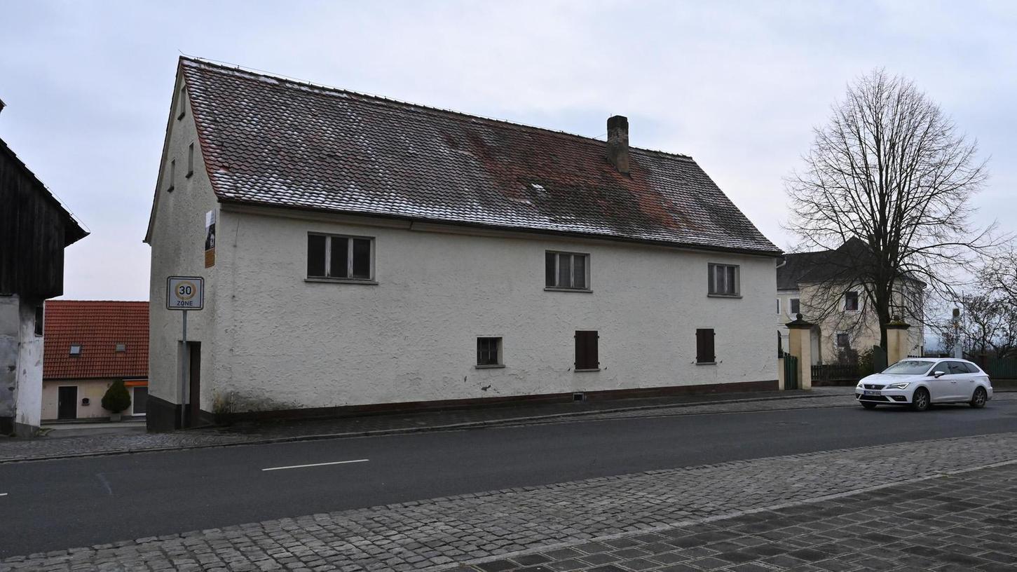 """Um dieses Wohnhaus in Marloffstein wird gerade heiß diskutiert. Sein Besitzer plant umfangreiche Ausbauarbeiten für Mehrfamilien-Nutzung, warnte aber im Gemeinderat zuvor, der Ort könne """"durch Neubürger leiden""""."""