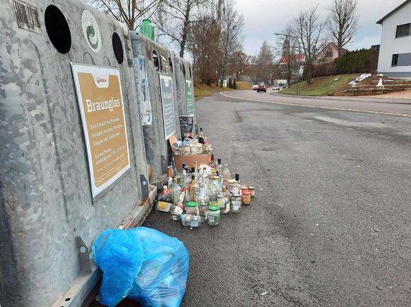 Ein großer Zeitaufwand für die Mitarbeiter der Abholfirma sind die neben und auf den Containern abgestellten Flaschen. Auch Verschlüsse gehören nicht rein.