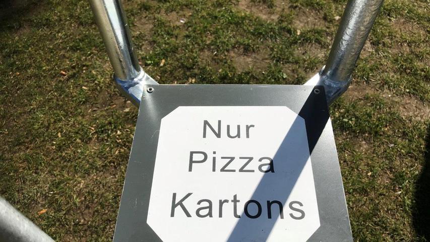 Ein Müllbehälter speziell für Pizza-Kartons an der Nürnberger Norikusbucht.