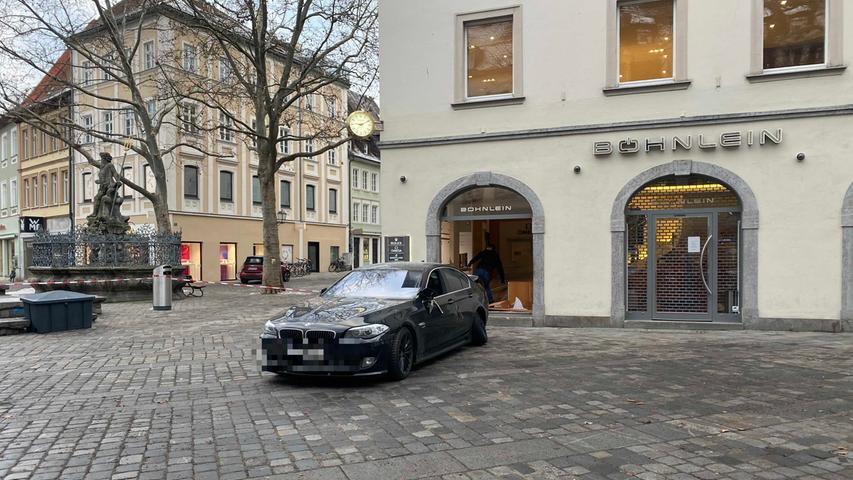 Mehrere maskierte Einbrecher drangen am Freitagmorgen mithilfe eines Wagens in das Juweliergeschäft am Grünen Markt in Bamberg ein.