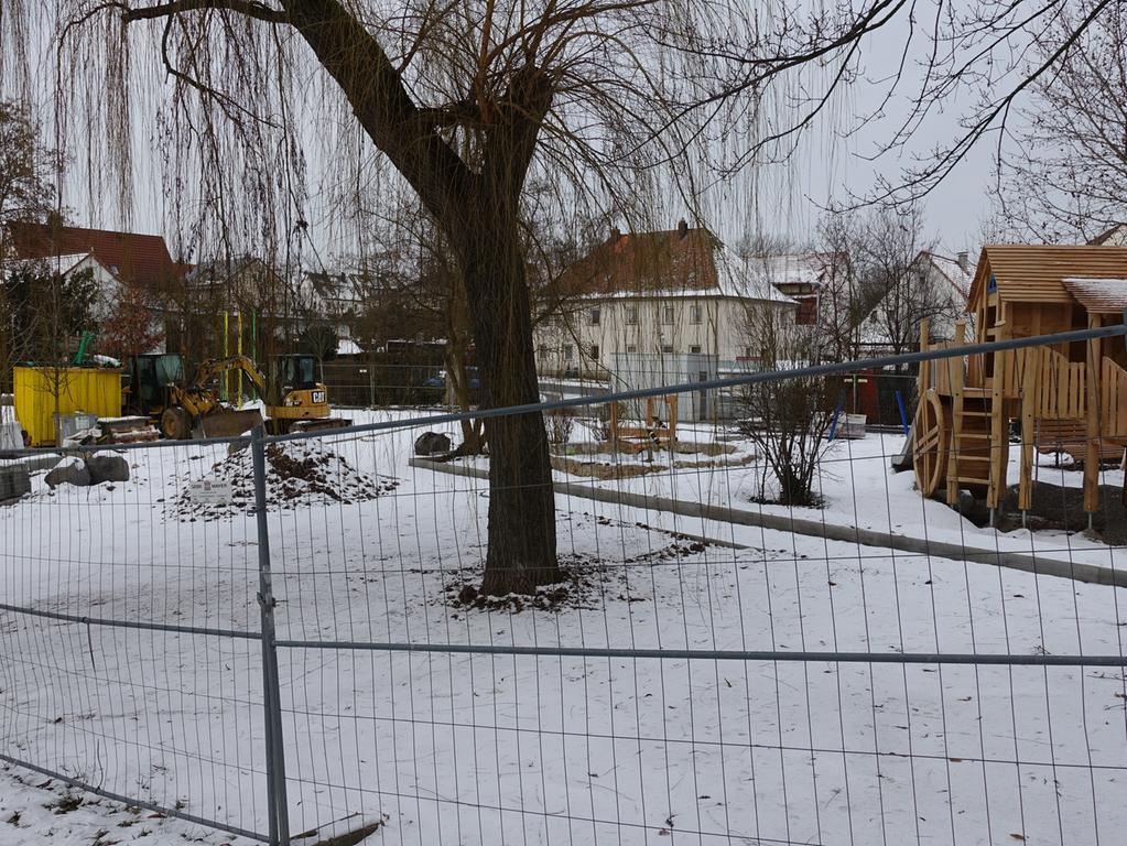 Herzogenaurach im Winterlockdown Januar 2021 Edith Kern-Miereisz Nordbayerische Nachrichten Redaktion Herzogenaurach _________________________________________ VERLAG NÜRNBERGER PRESSE DRUCKHAUS NÜRNBERG GmbH & Co. KG Marienstraße 9 – 11 90402 Nürnberg _________________________________________ Tel.: +49 9132-780119 Fax: +49 9132-780120 E-Mail: nn-herzogenaurach-redaktion@pressenetz.de Geschäftsführer: Sitz der Gesellschaft: Nürnberg Registergericht Nürnberg HRA 5133 Persönlich haftende Gesellschafterin: Druckhaus Nürnberg GmbH Geschäftsführerinnen: Bärbel Schnell, Sabine Schnell-Pleyer Sitz der Gesellschaft: Nürnberg Registergericht Nürnberg HRB 760