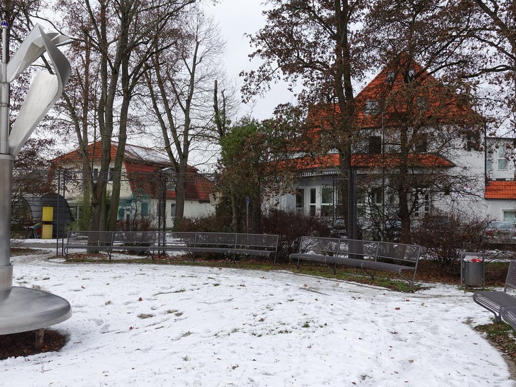 Herzogenaurach im Winterlockdown Januar 2021 Foto: Edith Kern-Miereisz Nordbayerische Nachrichten Redaktion Herzogenaurach _________________________________________ VERLAG NÜRNBERGER PRESSE DRUCKHAUS NÜRNBERG GmbH & Co. KG Marienstraße 9 – 11 90402 Nürnberg _________________________________________ Tel.: +49 9132-780119 Fax: +49 9132-780120 E-Mail: nn-herzogenaurach-redaktion@pressenetz.de Geschäftsführer: Sitz der Gesellschaft: Nürnberg Registergericht Nürnberg HRA 5133 Persönlich haftende Gesellschafterin: Druckhaus Nürnberg GmbH Geschäftsführerinnen: Bärbel Schnell, Sabine Schnell-Pleyer Sitz der Gesellschaft: Nürnberg Registergericht Nürnberg HRB 760