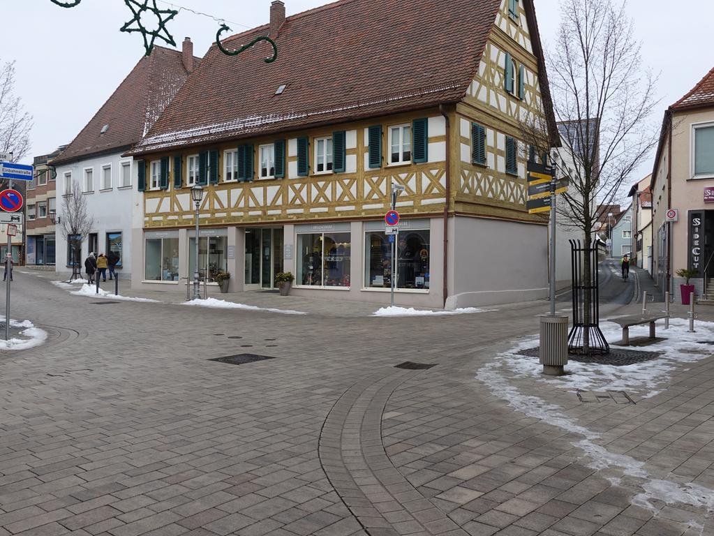 Winterlockdown im Januar 2021 in Herzogenaurach Foto: Edith Kern-Miereisz Nordbayerische Nachrichten Redaktion Herzogenaurach _________________________________________ VERLAG NÜRNBERGER PRESSE DRUCKHAUS NÜRNBERG GmbH & Co. KG Marienstraße 9 – 11 90402 Nürnberg _________________________________________ Tel.: +49 9132-780119 Fax: +49 9132-780120 E-Mail: nn-herzogenaurach-redaktion@pressenetz.de Geschäftsführer: Sitz der Gesellschaft: Nürnberg Registergericht Nürnberg HRA 5133 Persönlich haftende Gesellschafterin: Druckhaus Nürnberg GmbH Geschäftsführerinnen: Bärbel Schnell, Sabine Schnell-Pleyer Sitz der Gesellschaft: Nürnberg Registergericht Nürnberg HRB 760