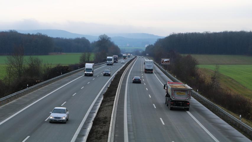 Heute werden zum Beispiel an der Anschlussstelle Bad Windsheim im Durchschnitt rund 40000 Fahrzeuge täglich auf der A7 gezählt. Dieser Blick ist von der Autobahnbrücke bei Mörlbach möglich.
