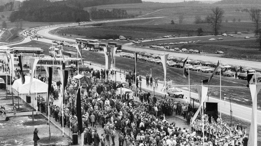 Endlich fertig: Zu einem Riesenauftrieb von Politikern, Verwaltungsbeamten und Neugierigen geriet die Einweihung des Autobahnstückes.