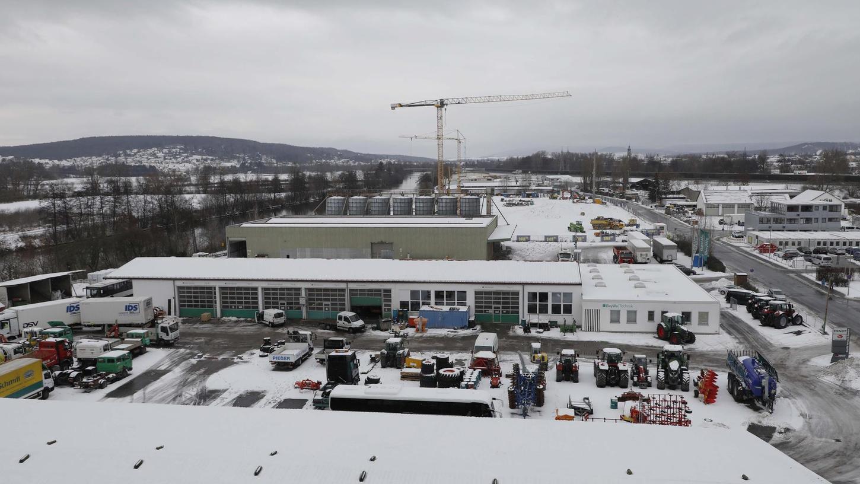 Im Vordergrund ist noch die Vergangenheit zu sehen, das bisherige BayWa-Gelände. Das verschwindet im Frühjahr, um Platz für die Zukunft zu machen - den neuen Siemens-Campus. Erste Arbeiten des 350 Millionen-Euro-Projekts laufen bereits – hinter den BayWa-Silo-Türmen.