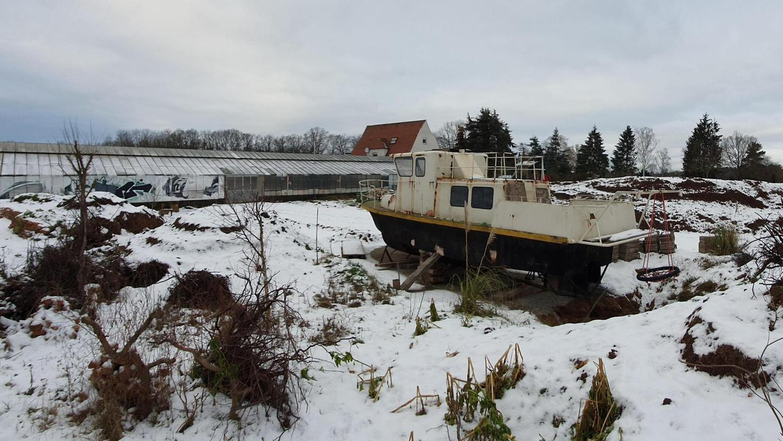 """Hingucker am Fuß- und Radweg zur Regnitz: In Zirndorf entdeckten die Macher das frühere Patrouillenboot, nun fungiert es als Vorbote ihres """"Kulturgewächshauses"""" in Fürth."""