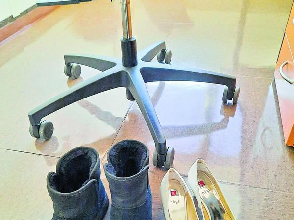 Schuhwerkwechsel im Büro: Die robusten Treter haben bis Feierabend Pause.