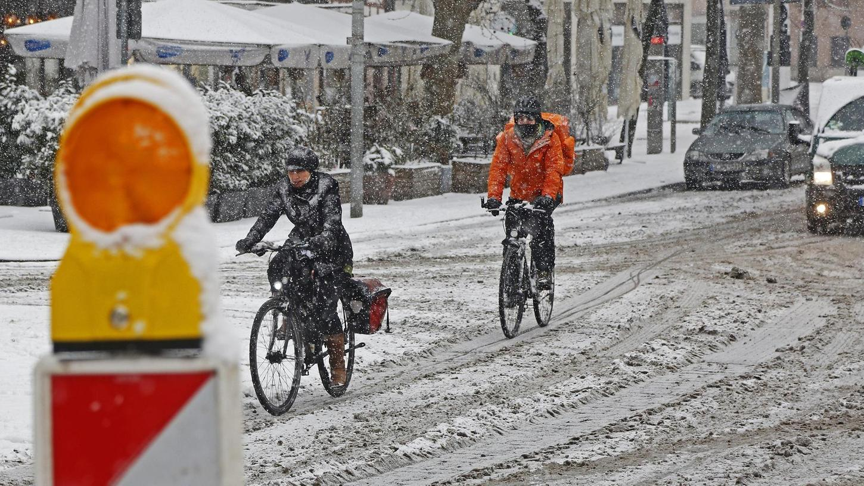 Unterwegs auf zwei Rädern im verschneiten Nürnberg, hier in der Augustinerstraße in der Altstadt.